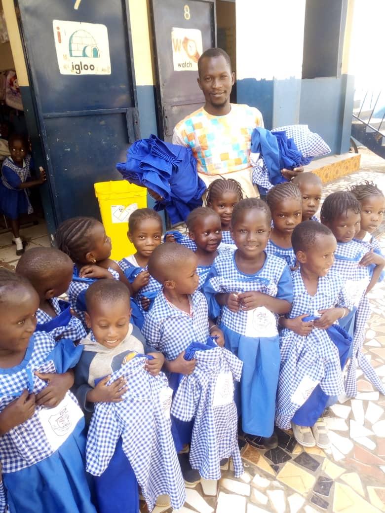 Glade barn med nye uniformer